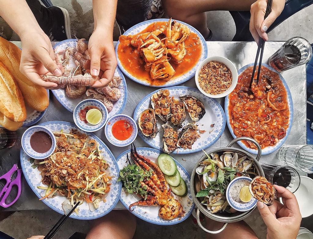 find a local travel buddy to enjoy Danang seafood