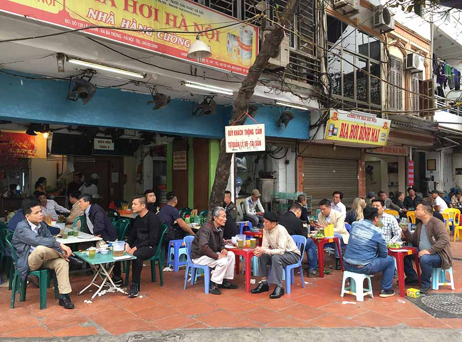 bia hoi corner attracts many customers